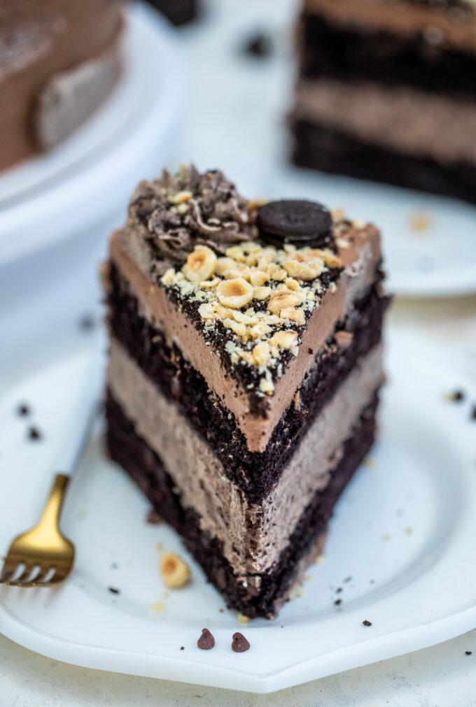 Oreo Nutella Cake is full of chocolate chips, roasted hazelnuts, Oreo buttercream, and Nutella #oreo #nutella #cakerecipes #sweetandsavorymeals #cakes