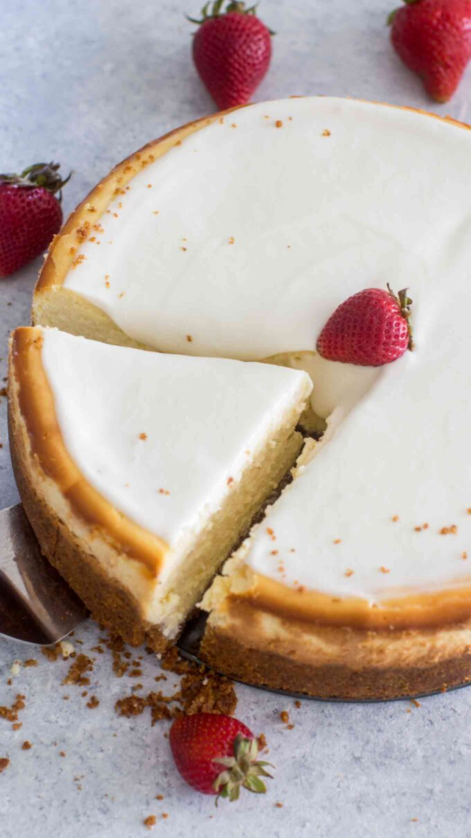 Sliced cheesecake with sour cream topping