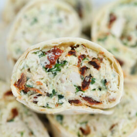 Tuscan Chicken Pinwheels are rolled with a creamy chicken filling! Italian flavors combined in one easy-to-make dish makes this a great lunchbox meal! #chicken #tuscanchicken #pinwheels #sweetandsavorymeals #fingerfood #lunchbox
