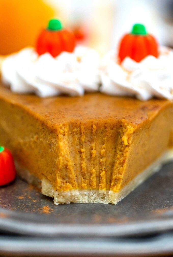 Homemade Pumpkin Pie recipe is easy and full of fall flavors that your guests will surely appreciate! #pumpkinpie #pumpkin #thanksgiving #sweetandsavorymeals #thanksgivingrecipes