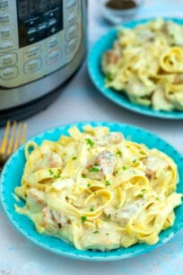 Instant Pot Chicken Alfredo is a classic favorite! Make this creamy dish at home using the trusty Instant Pot for a quick meal with minimal cleanup! #instantpot #pressurecooker #pastadinner #chickenalfredo #sweetandsavorymeals
