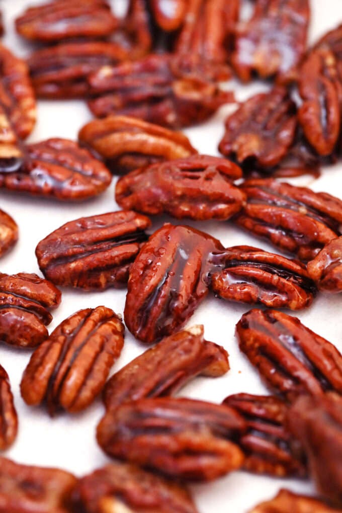 Candied Pecans are great for snacking, desserts and even salads! This recipe makes sure that the nuts are not sticky, but crunchy, and perfectly spiced! #pecans #candiedpecans #sweetandsavorymeals #easyrecipes #fallrecipes