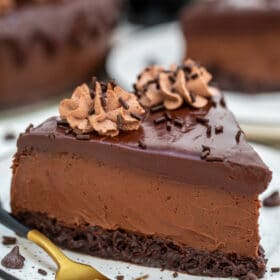 Brownie Baileys Cheesecake is decadent, chocolaty, dense, and extraordinary. It is everything that an elegant cheesecake should be and more! #baileys #stpatrickday #cheesecake #cheesecakerecipes #sweetandsavorymeals
