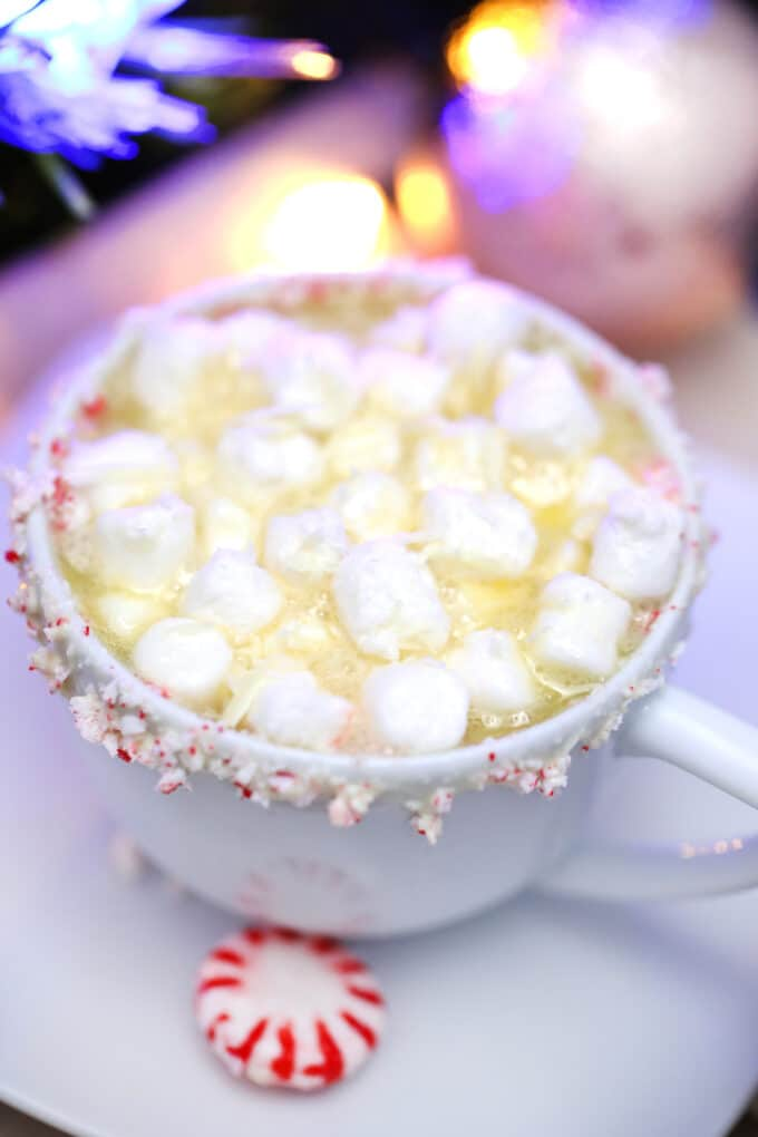 White Hot Chocolate is perfect for a white Christmas theme! Enjoy this decadent drink to warm up your winter nights! Serve it this holiday season! #whitehotchocolate #whitechocolate #hotchocolate #sweetandsavorymeals #christmasrecipes
