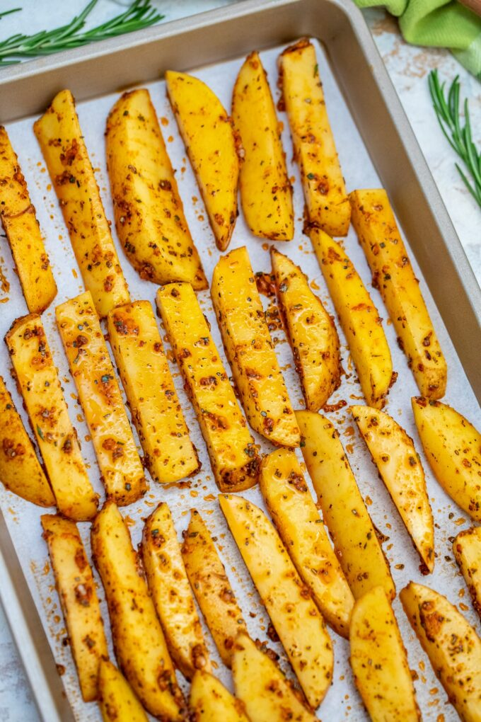 Crispy Potato Wedges are crispy on the outside but tender and fluffy on the inside! #potatoes #bakedpotatoes #potatowedges #sidedish #sweetandsavorymeals