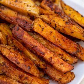Crispy Potato Wedges are crispy on the outside but tender and fluffy on the inside! #potatoes #bakedpotatoes #potatowedges #sidedish #sweetandsavorymeals