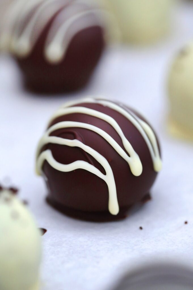 Oreo Balls are fun to eat and made with just a few ingredients! #oreo #oreoballs #oreotruffles #sweetandsavorymeals #nobakedesserts