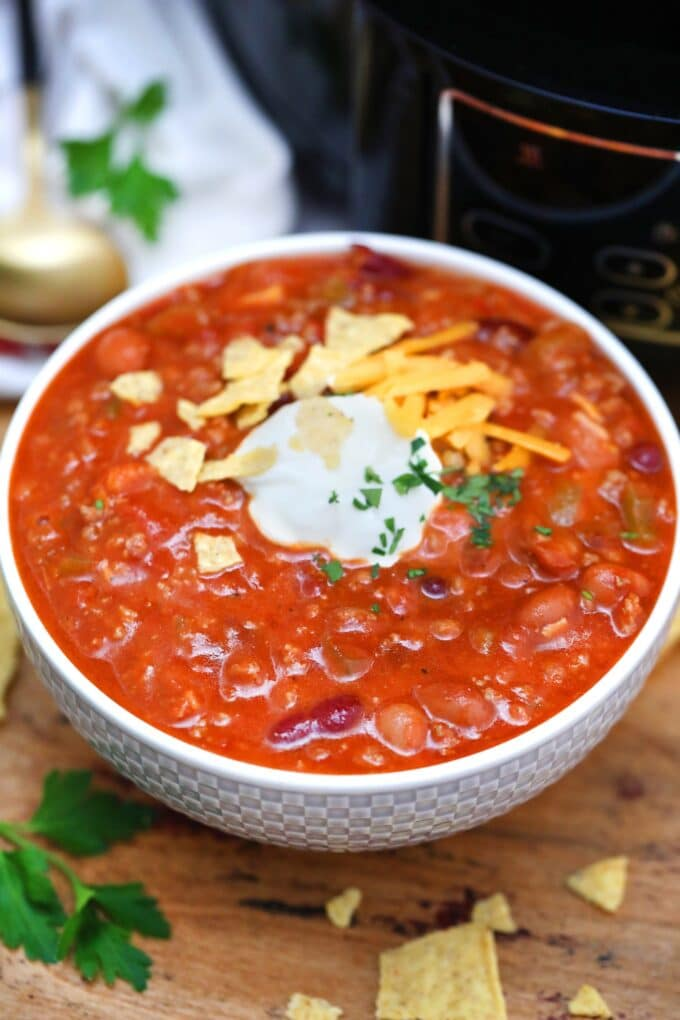 Slow Cooker Wendy's Chili has all the flavors melded together in one heartwarming dish! Get the authentic experience with this precise copycat recipe! #chili #slowcookerrecipes #crockpotrecipes #chilirecipe #copycatrecipes #sweetandsavorymeals