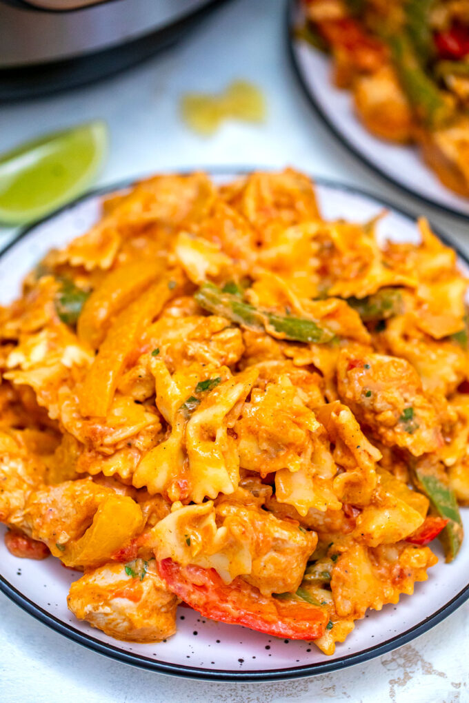 photo of chicken fajita pasta on a plate