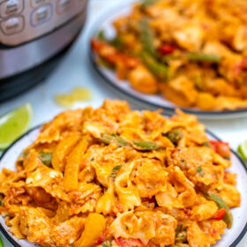photo of chicken fajita pasta served with lime wedges