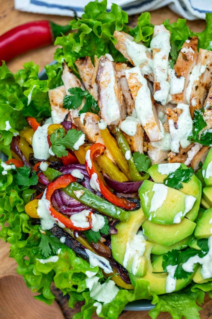 photo of chicken fajita salad with creamy salad dressing