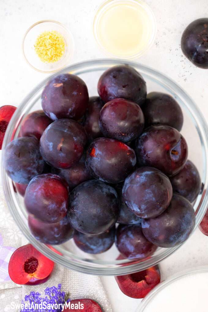 Ingredients for plum jam.
