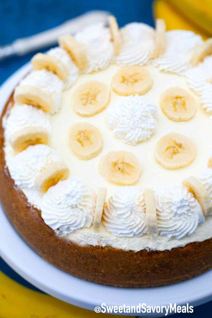 banana cream cheesecake with fresh bananas