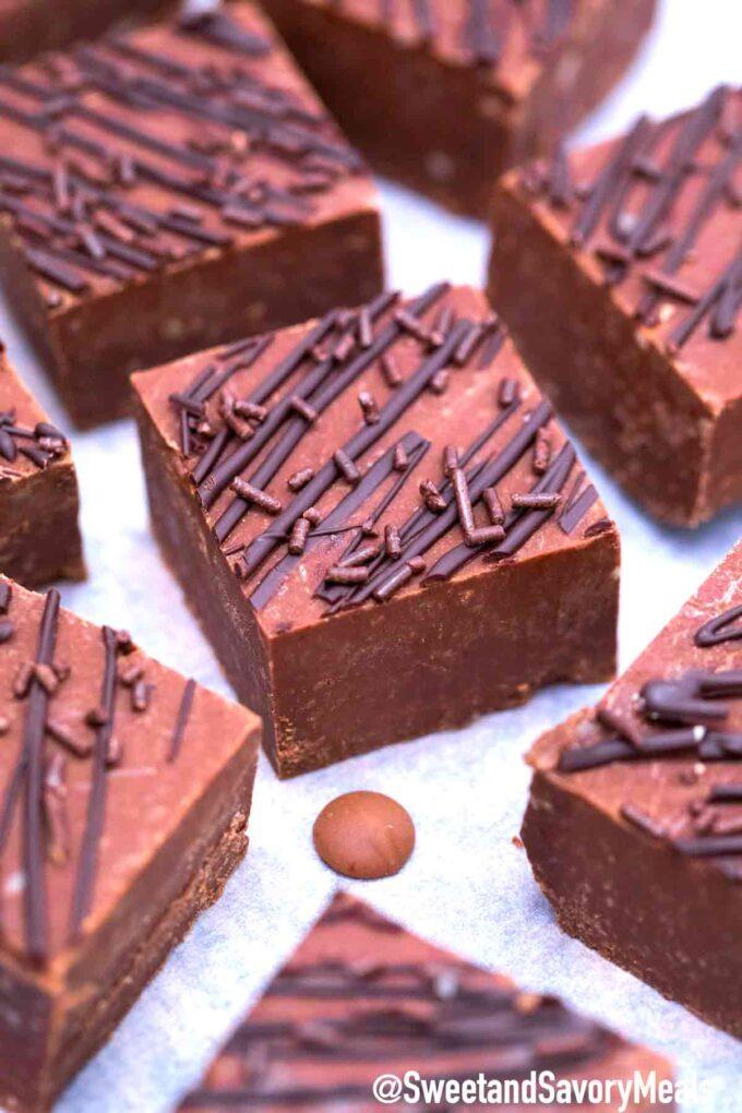 Schokoladenfondant mit Schokolade beträufelt