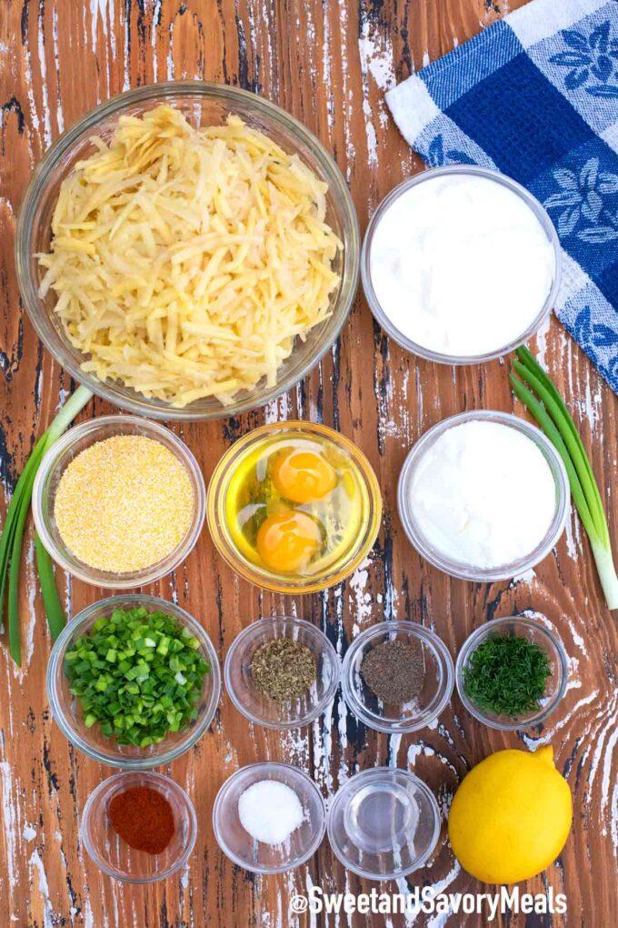 knusprige Kartoffel-Latkes-Zutaten auf einem Tisch